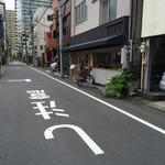 ヒキダシ - 奥の高層ビルとのアンバランス