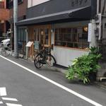 ヒキダシ - 外観 自転車が場所柄を表している