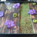 Nicolai Bergmann NOMU - 花があしらわれたテーブル