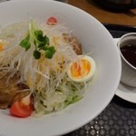 翡翠園 - ◆翡翠冷麺・・タレは別添えで出されます。 スタンダードなお醤油とお酢をベースにしたタレですね。 辛味がほとんどないので、テーブルに置かれた辣油をかけるとよくなります。
