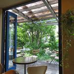 NISHIann cafe - 店内から臨むテラス