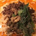 四川担担麺 阿吽 - 粗挽きされた豚挽肉が、辛めに煎られてアクセントとしてメインを張る。