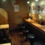 ラーメン むてっぽう 西池袋店 - 店内(右がテーブル席、左がカウンター席)