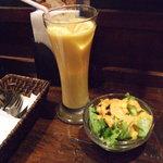 ムンバイ - マンゴーラッシー、サラダ