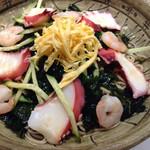 平沼 田中屋 - 夏はタコそば。柔らかくお酢の効いた、さっぱりした出汁ツユで、たっぷりのお蕎麦を頂く。タコ好きには、二倍美味しい一杯。