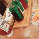 エッグスンシングス - テーブルにはソース3種とケチャップ