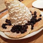 エッグスンシングス - パンケーキ♡ ブルーベリー、ホイップクリーム・マカダミアナッツ ホイップが最初から傾いていますがおいしそう♪