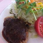 レストラン 洋灯舎 - 本日の洋食盛り合わせ 黒毛和牛のメンチカツ デミグラスソースとチキン南蛮 付け合せにたっぷりサラダ 1,650円