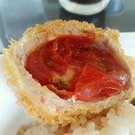のんのスタジアム - トッピングのプチトマトが入った揚げ物。