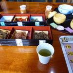 39488980 - 店内には売り物の試食が沢山あります。お茶も自由に飲んで良いのです