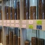 サクラ デ ラ ノーチェ - 常時40種類の珈琲豆を揃えている