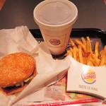 39497635 - 美味しそうなハンバーガーがいろいろあって迷ったけど、                       初めてなので、バーガーキングの看板メニューの                       ワッパーにして、コーラとフレンチフライのセットにしました。