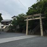 39498405 - うぶしな(香川県綾歌郡宇多津町)宇夫階神社の境内の左奥がうどん店