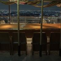 ガラス一面夜景のご覧いただけるロングカウンター席