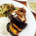 シーバーズカフェ - グリーンカレーは野菜がモリモリ! スパイシーで美味しいです。