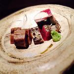 39515215 - 藁で炙った鰹のタタキ (右側と左側とで部位が異なり、全く異なる味わい)