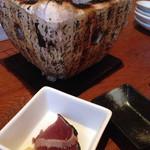 燦醸小町 蔵米 - お通し(カツオタタキを炭火で焼くとい)