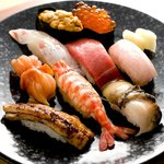 佐々庄 - 料理写真:トロ、ウニイクラ、赤貝、アワビなどの絶品ネタが豪華に並ぶ特上は1人前3990円。仕入れ状況によってネタの変更あり