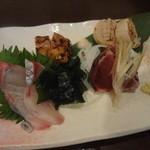 39522170 - お造り一皿目(2人前) : 剣先烏賊、鰹のタタキ、シマアジ、阿波尾鶏のもも肉タタキ、ホタテ炙り