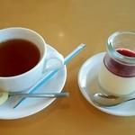 39526070 - デザートの紅茶とババロア(?)です。口溶けなめらかな優しい味わいでした♡