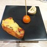 ヤナカ スギウラ - ドライトマトとオリーブとハムのケークサレ  トマトのキャンディがけ  鮟肝とインカのめざめのピュレ