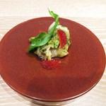 ヤナカ スギウラ - 活けツブ貝のエスカルゴバター コケモモ添え