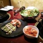 草乃家 - 蒸し豚、キムチ、サラダ