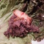 草乃家 - プルコギ(その4)  チシャに肉とキムチをのせて、巻いてパクッ!