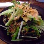 OKINAWAN BAR MAMI-ANA - このサラダ焼肉?ブタ風味?美味しいです。