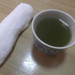 39542571 - すぐに、きれいな緑色のお茶と おしぼりが出されました。