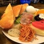 魔笛 - バタートースト、スパゲッティ、じゃがいも、生ハムの野菜サラダ、茹でたて剥きゆで卵、スイカ、メロン、オレンジ、コーヒーゼリーがワンプレートに