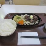 うえすたん - 料理写真:暫く席で待つとベルがなって注文した100gサイコロステーキのセット690円の出来上がりです。