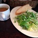 Pasta Piccola due 車道店 - 日替りパスタのサラダと自家製フォカッチャとスープ