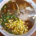 関東軒 - 味噌ラーメン(並 ¥620)にコーン(¥100)をトッピング。個人的に、こちらの麺に1番合うのは味噌だと思ってます。けど、主人は和風スープが1番麺の旨味が感じられると言います。