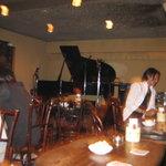 ジャズクラブダフネ - ステージと客席が近くていい