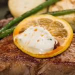 Hibio - お肉のアップ、ハーブなバターとレモン