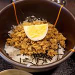 お惣菜・和ごはん ちょうど - 甘辛い醤油味の鶏そぼろ。ピリリと香る、山椒の実がポイント!