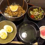 お惣菜・和ごはん ちょうど - 女将特製そぼろごはん(ランチセット¥850)。胡麻ドレのミニサラダ、上品な味付けのわかめ吸物付き
