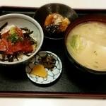 みなと屋 - ★ミニまぐろ丼+魚の荒味噌汁