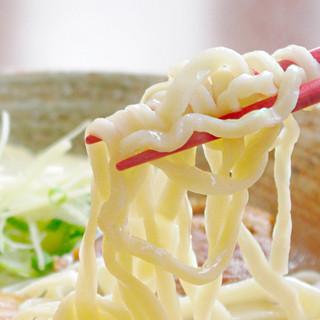 ぷりぷり食感の生麺使用