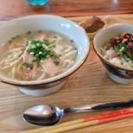 CanColor cafe - 半沖縄そばとミニまかない丼セット650円。そばのつゆが気に入った。まかない丼にはニンニク入りなの知らなかった(^^