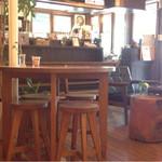 カフェ・ロウライフ - 落ち着いた店内