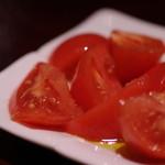 ワイン酒蔵 瀧沢 - バニラオイルと旨い塩で食べるトマト