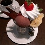 カフェラリー - ホットコーヒーとチョコレートパフェ