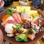 鮨おおしお  - 特上ちらし3,000円(税別)・茶碗蒸し・赤だし付。具は13種類位あったでしょうか。                             珍しいところでは、ハモ・クジラ・アワビなどもありました~。