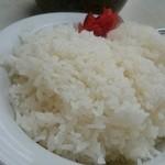 あかさき食堂 - カレーライス大盛りのめしは皿いっぱいにつがれて550円