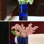 JOY味村 - 各テーブルに生花が飾ってあります。
