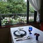 JOY味村 - 私に用意して下さってたお席。窓際にはお花が、公園の緑が見えて素敵。