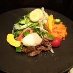千代芭 - 牛たんくんせいと温玉のサラダ