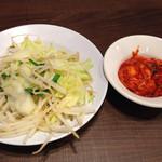 一日一麺や - ボイルした野菜とキムチ